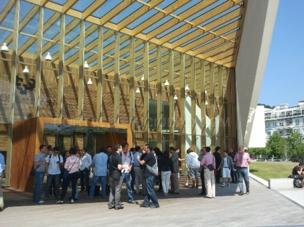 Alumnos en la entrada de la biblioteca santamaria